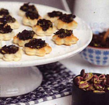 Feuilletés caviar olives pistaches