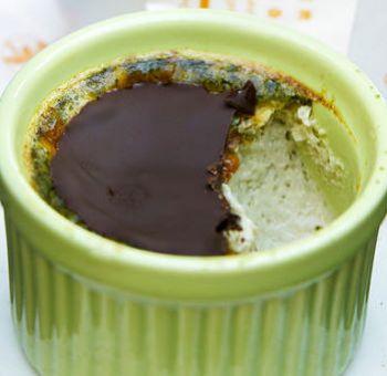 Flan au thé vert, croquant chocolat
