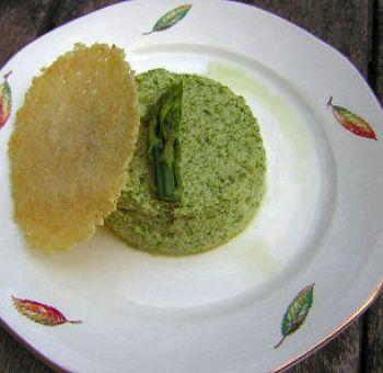 Flans d'asperges et tuile au parmesan
