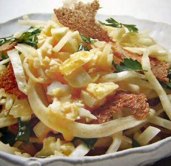 Salade de chou blanc et oeuf mollet